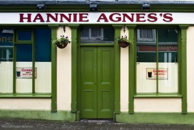 Grüne Tür als Eingang zu einem Pub