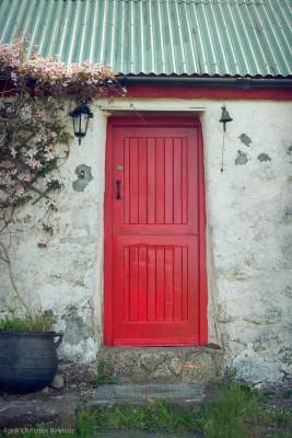 Rote Tür an einer Scheune by Christian Birkholz
