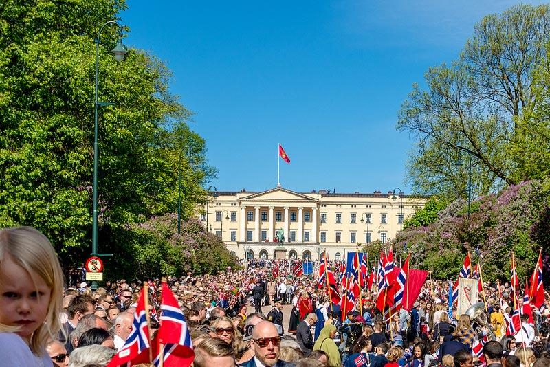Parade vor dem königlichen Schloss an Norwegens Nationalfeiertag