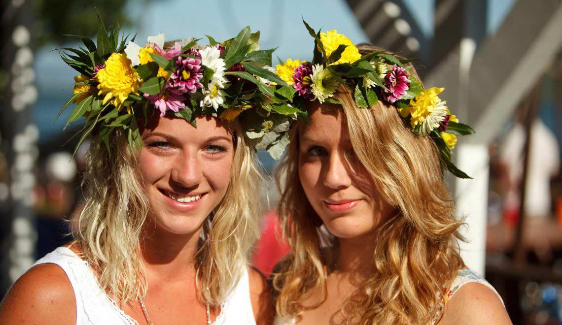 Blumenkränze an Mittsommer in Schweden