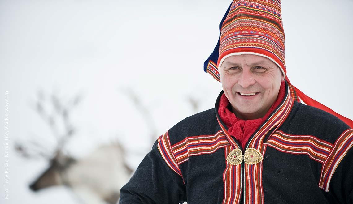 Ein Same in Finnisch Lappland mit seinen Rentieren