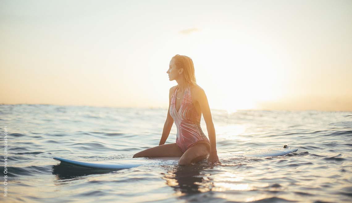 Surferin auf Surfbrett in der Karibik